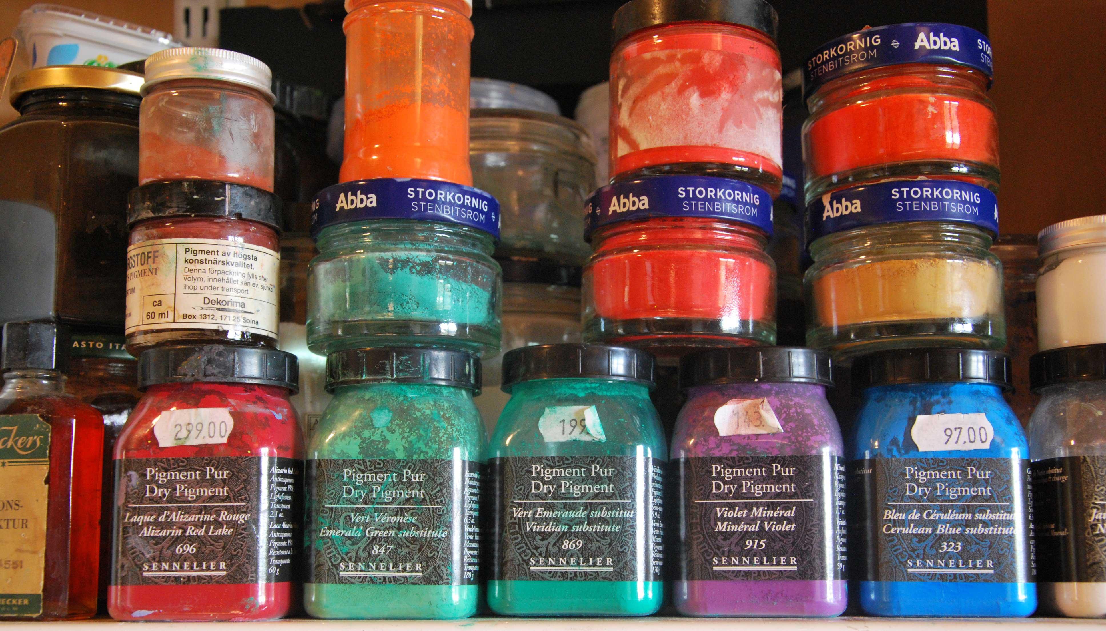 När man målar med tempera blandar man själv till färgen med en emulsion och pigment.
