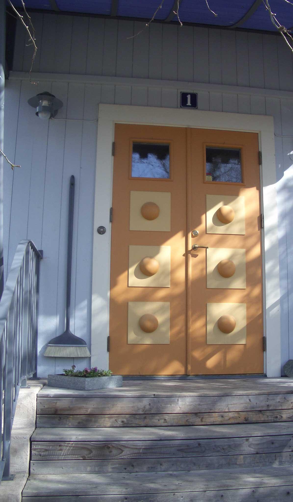 Ytterdörren och alla andra utvändiga fasaddelar är målade med linoljefärg.