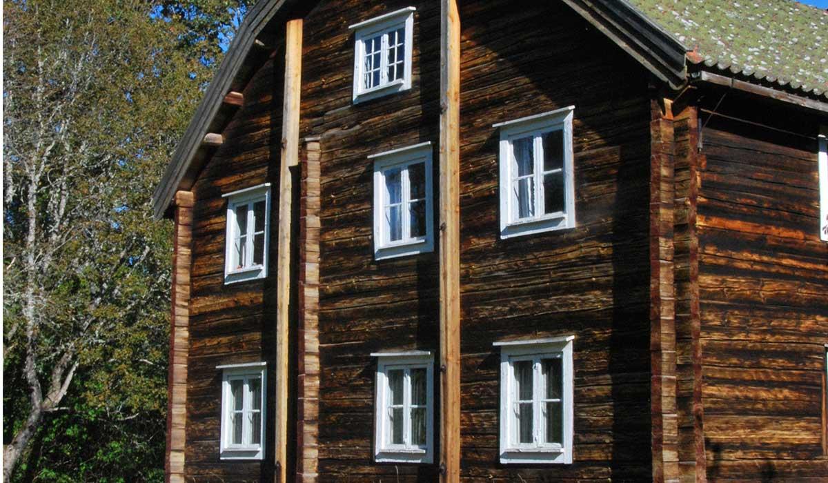 Huvudbyggnaden är magnefik, byggd 1777. Alla moderna så kallade bekvämligheter saknas. Hur mycket av dem behövs, egentligen?